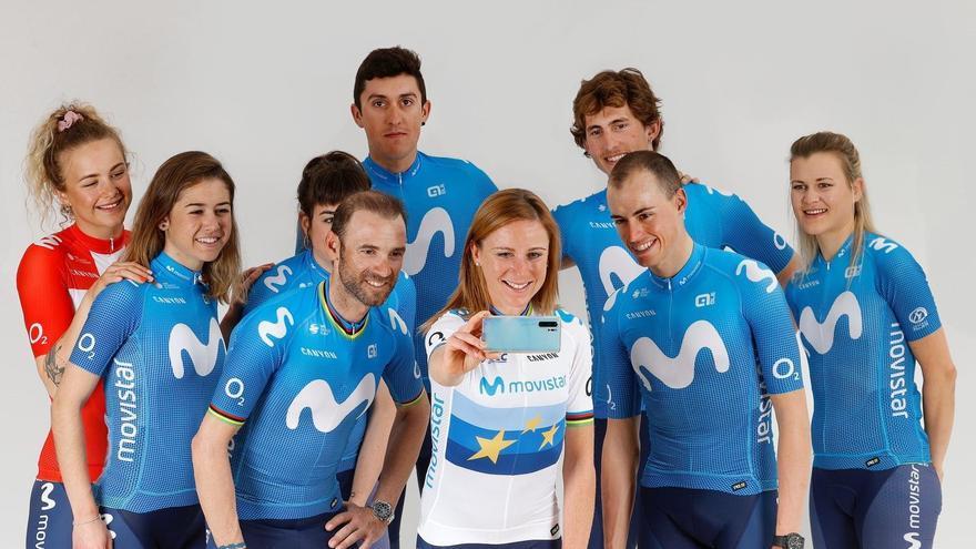 Integrantes de los equipos femenino y masculina del Movistar. Cortina, detrás, primero por la derecha.
