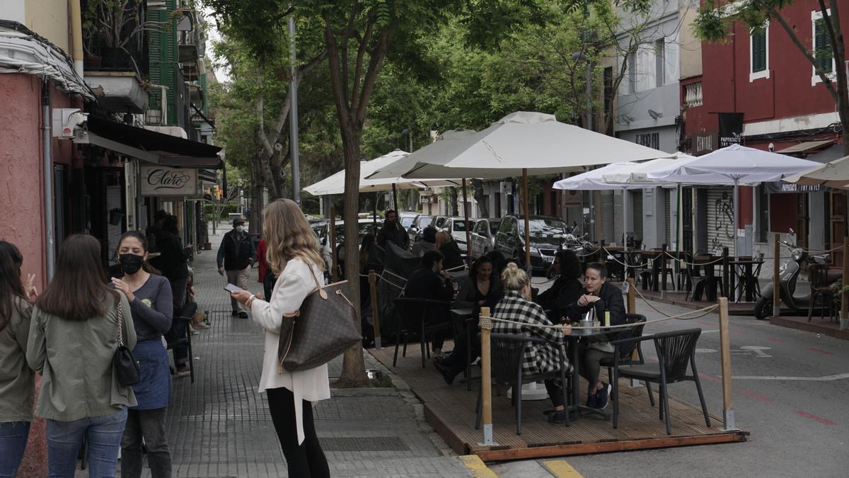 Una terraza en la calle Aníbal del barrio de Santa Catalina, en Palma