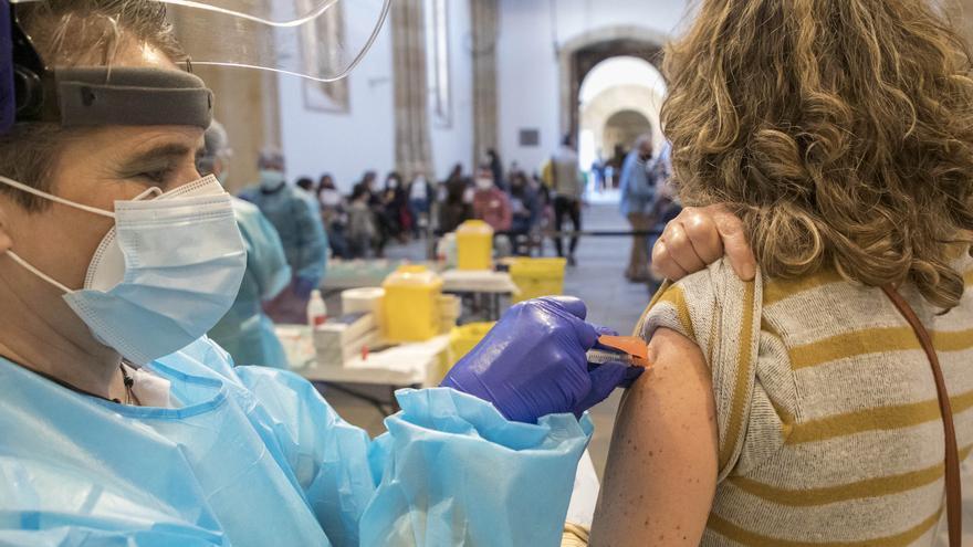 Sanidad contactará en los próximos días con los mayores de 60 años de Castilla y León para vacunarles
