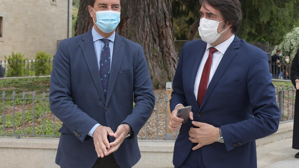 El consejero de Mesdio Ambiente, a la derecha, durante un acto en Burgos