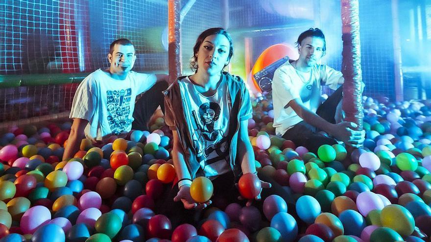 Tropical Galaxia estrena el videoclip del seu primer senzill: «Muntanya Russa»