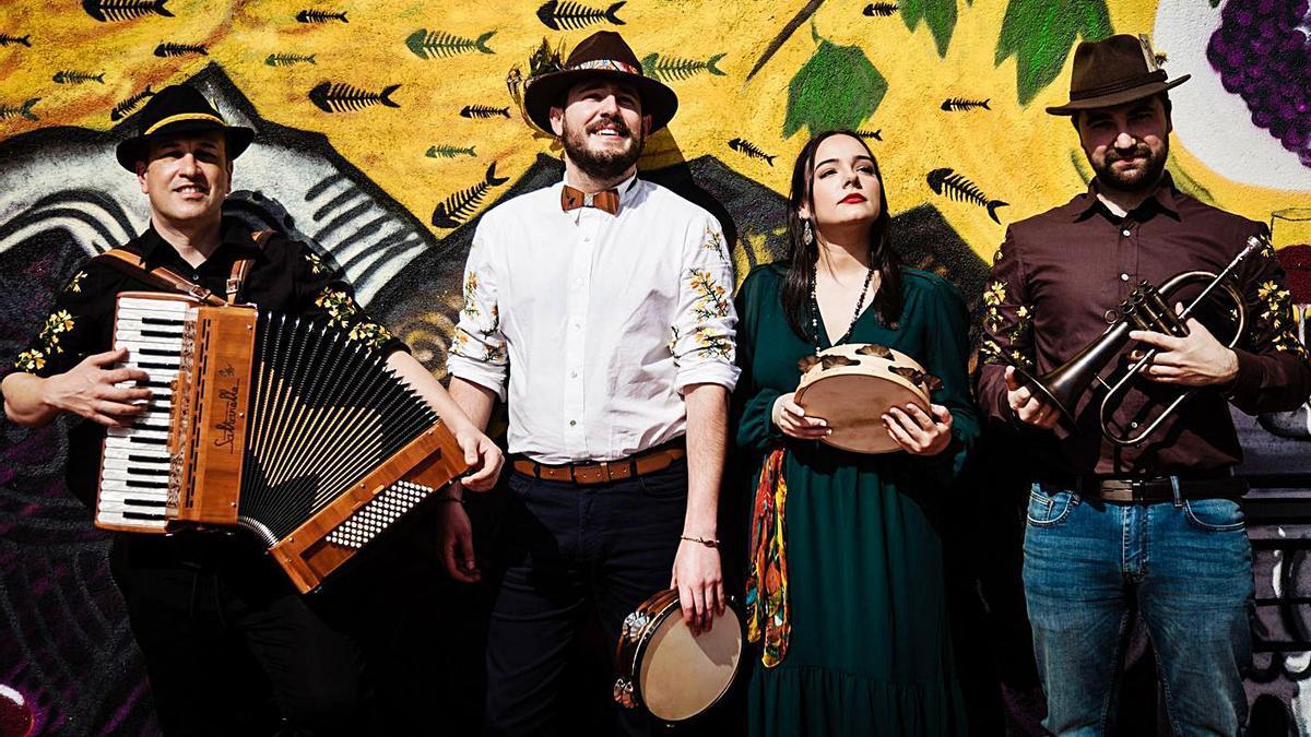 Os músicos de Ailá, ó completo, tocan en Cangas mañá. |   // SARA PARDO L.