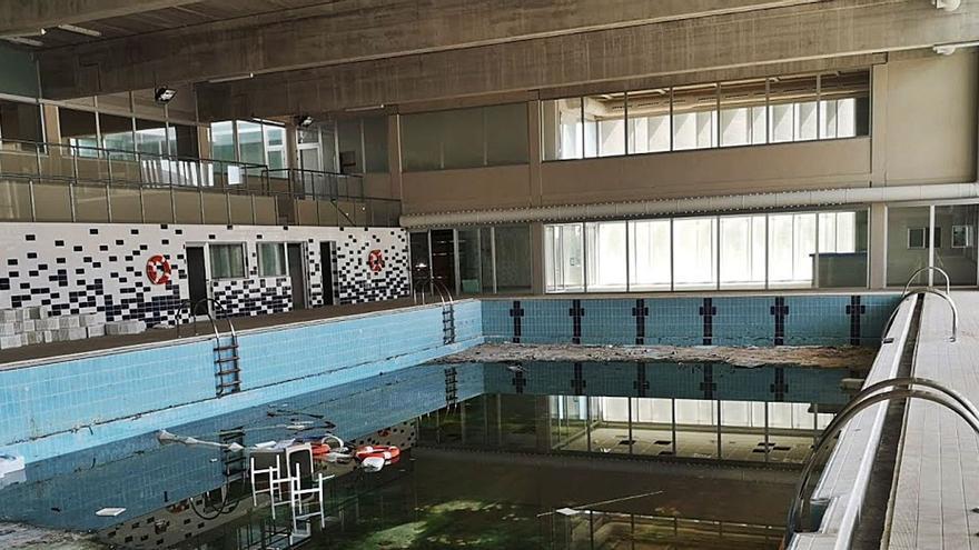 Diez años con la piscina cubierta sin abrir