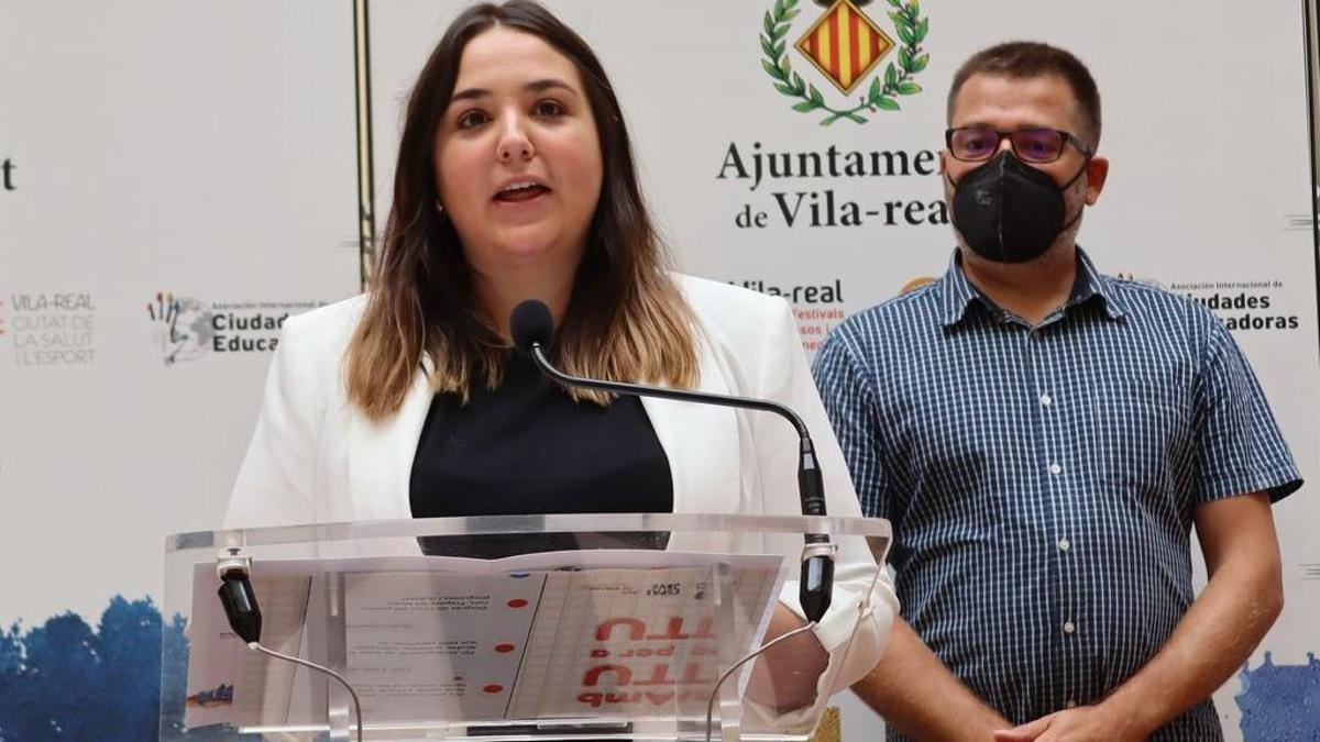 La concejala del área, Anna Vicens, ha presentado hoy el proyecto 'Amb tu i per a tu' junto al responsable de la empresa Món d'animació, Felip Kervarec.