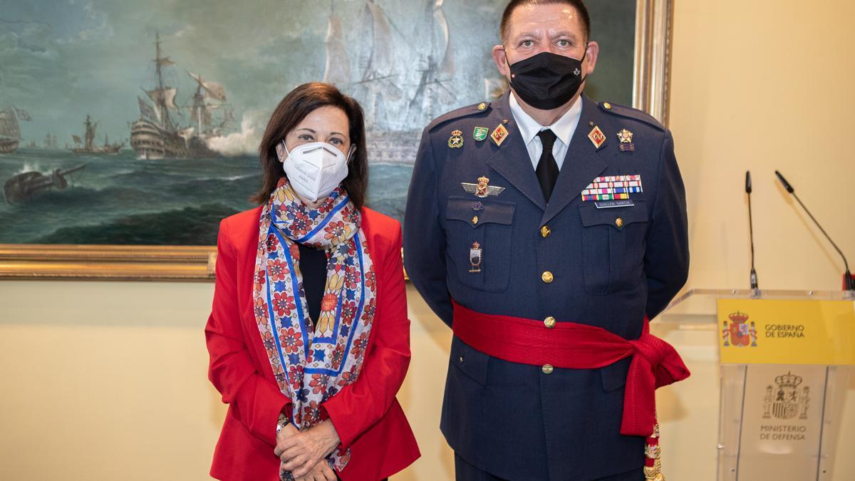 Pablo Guillén García y la ministra de Defensa Margarita Robles.