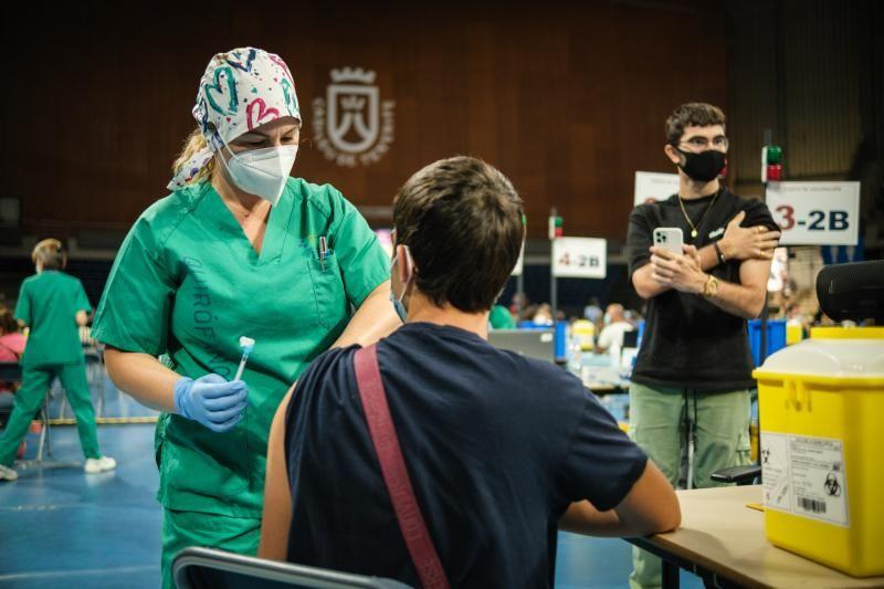 Jornada de vacunación a menores de 16 años en el Pabellón Santiago Martín
