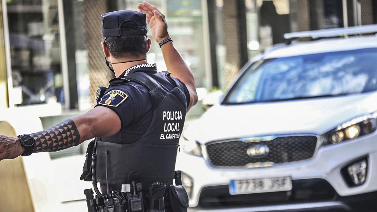 Un agente de la Policía Local de El Campello dirigiendo el tráfico en una céntrica calle de la localidad.