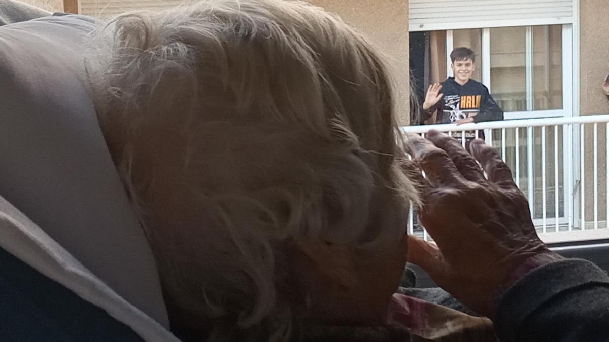 Pablo saluda desde su balcón a los ancianos de la residencia. j.z.