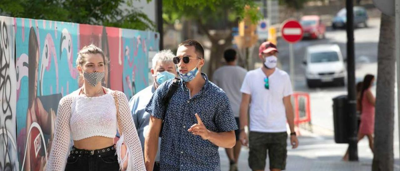 Personas con y sin mascarilla por la calle en Ibiza, en una imagen de archivo