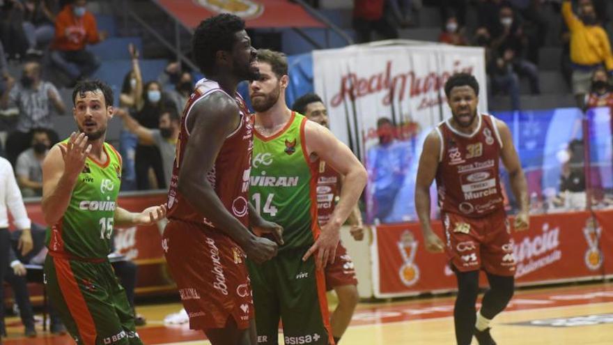 El Real Murcia sorprende al Granada y fuerza el tercer partido