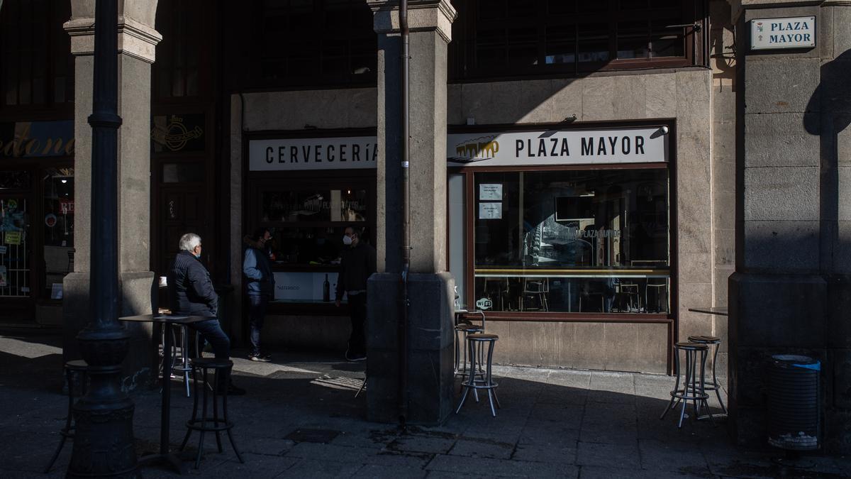 Clientes en un bar de la Plaza Mayor de Zamora.