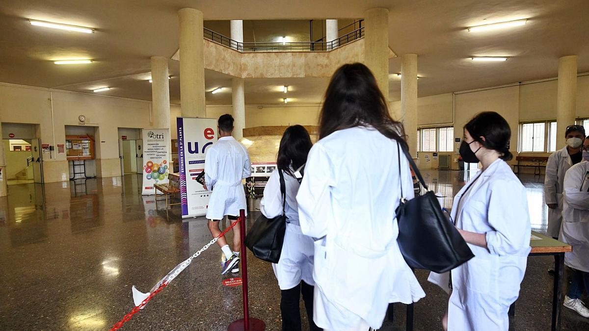 Estudiantes de la Facultad de Medicina, ayer, en el edificio del campus de Espinardo de Murcia.