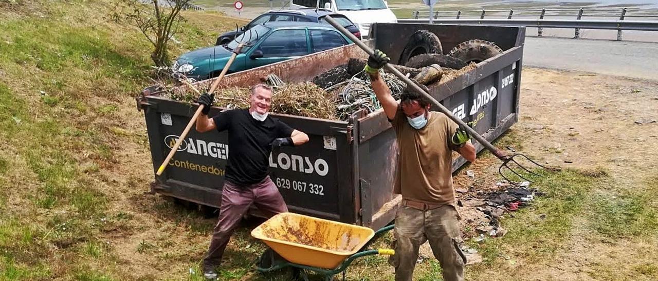 John Sanderson –a la izquierda– y Juan Zaldívar celebran el trabajo realizado ante un contenedor lleno de residuos. | Reproducciones de Vicente Alonso