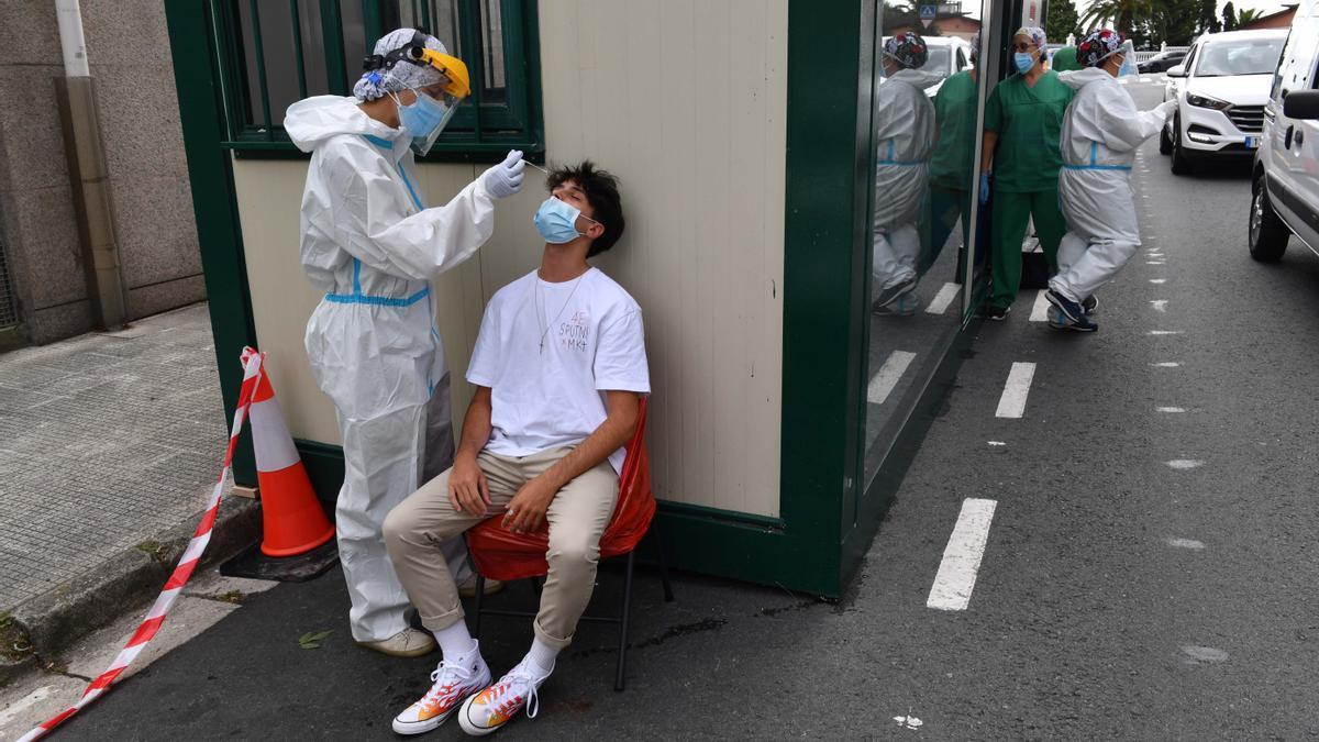 Un joven sometiéndose a un cribado en el centro de salud de O Ventorrillo.