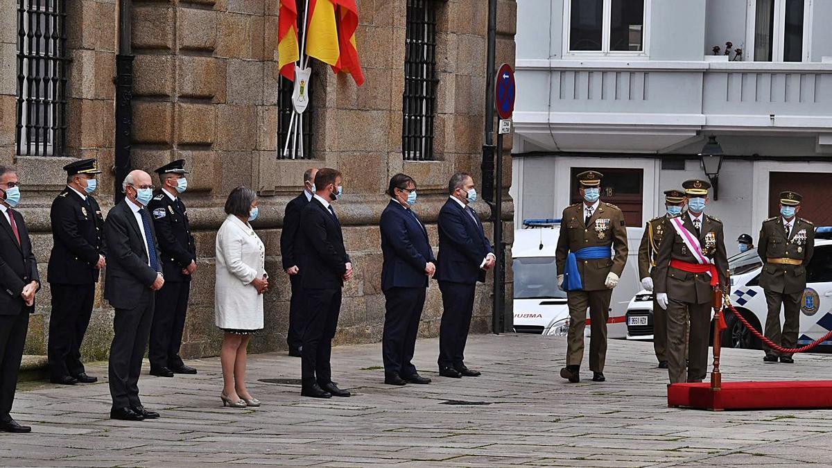 Autoridades ayer en la celebración del Día de las Fuerzas Armadas en A Coruña.   | // VÍCTOR ECHAVE