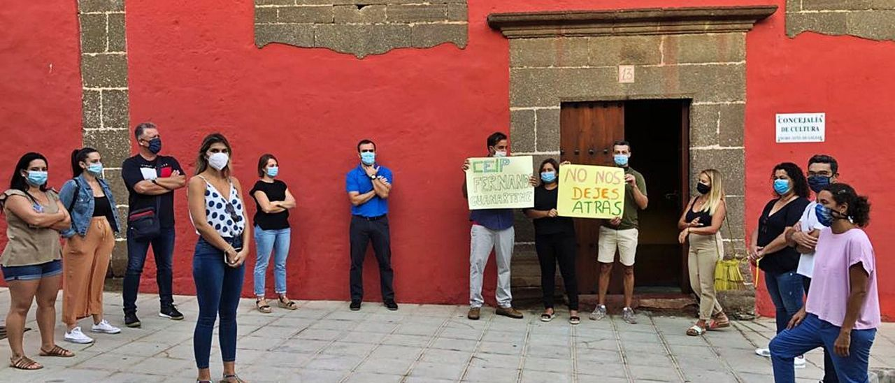 El grupo de padres de alumnos del colegio Fernando Guanarteme de Gáldar, ayer, en un momento de la protesta.