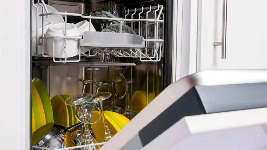 La razón por la que no tienes que enjuagar los platos antes de meterlos al lavavajillas