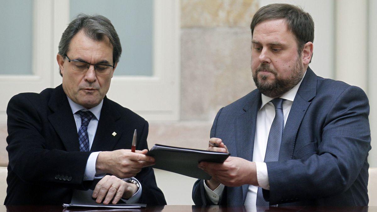 Artur Mas y Oriol Junqueras firman su primer pacto de legislatura, el 19 de diciembre de 2012.