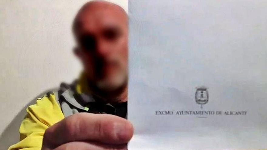 Suspenden un año y siete meses al policía negacionista de Alicante