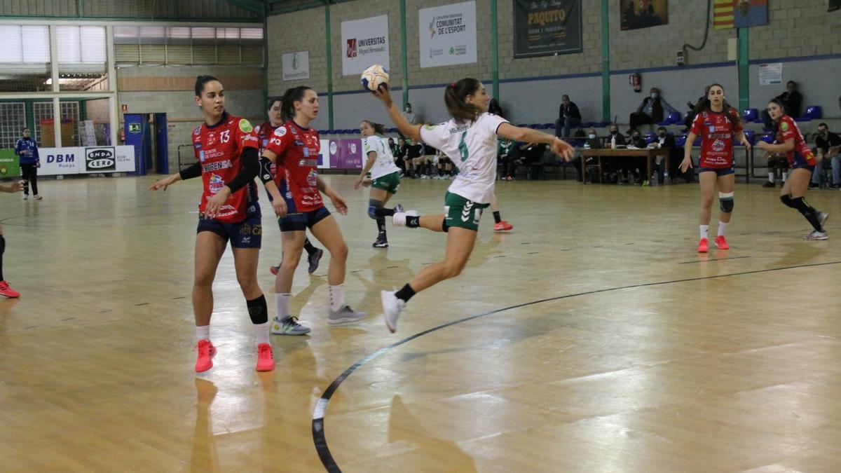 La argentina Giselle Menéndez, máxima goleadora del Elche, en un lanzamiento a portería