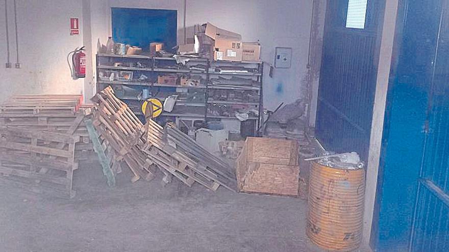 Roben a plena llum del dia en un magatzem de FGC a Manresa Alta