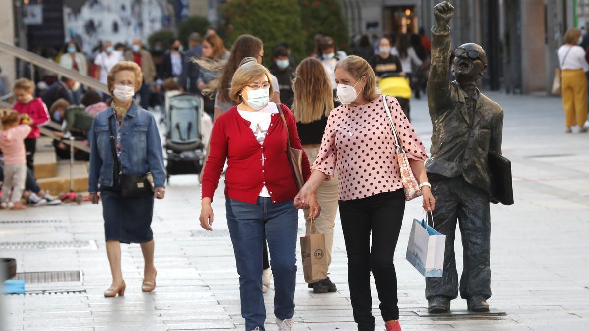 Personas paseando por la calle Príncipe, en Vigo.