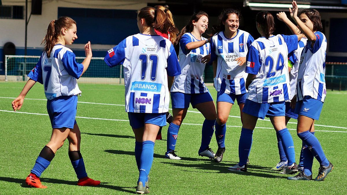 Las jugadoras del Sárdoma festejan el 2-0, ayer en As Relfas. |  // A. O.