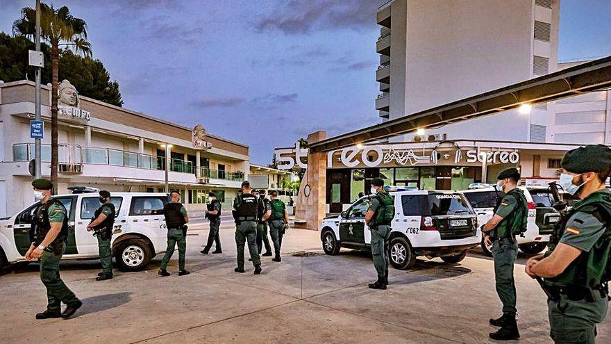 Polizei treibt Hunderte betrunkene Urlauber in Magaluf auseinander