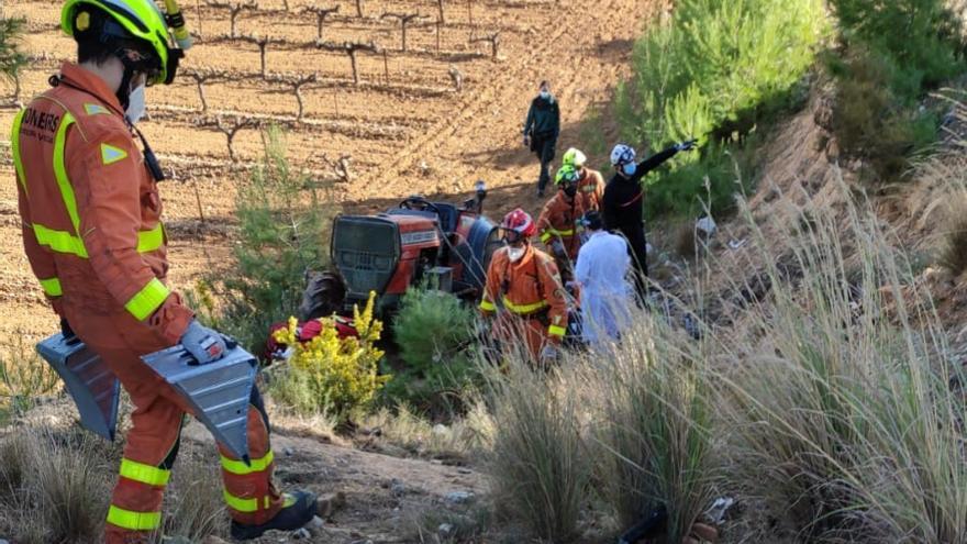 Muere un hombre de 76 años al volcar su tractor en Cheste tras subir un terraplén