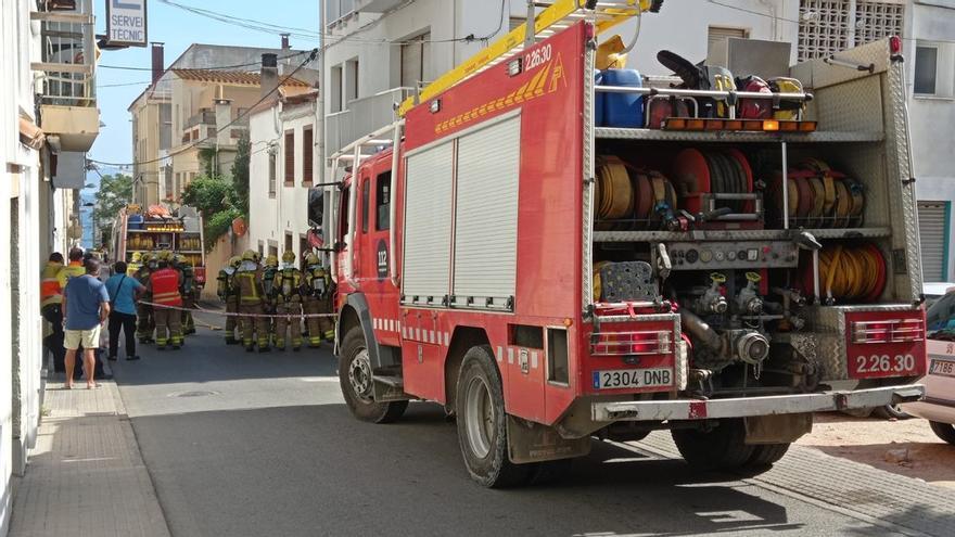 Un incendi obliga a precintar una casa a l'Escala