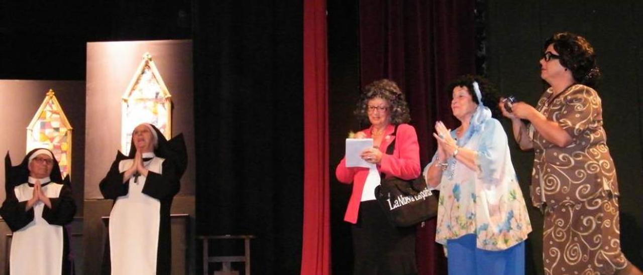 """El grupo """"Les Ayalgues de Carreño"""", el miércoles en plena actuación en el Teatro Prendes de Candás."""