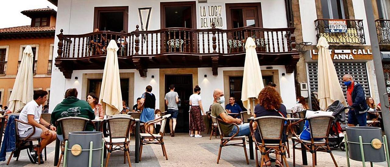 Arriba, ambiente en una terraza de la Pola, ayer.  En los círculos, por la izquierda, Mario Fernández, Christian Fueyo, Pablo Sánchez y Andrés Díaz; y Tania López y Alberto Díaz. | A. I.