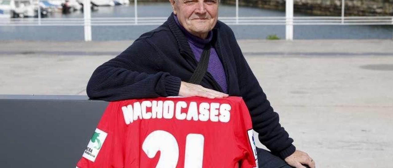 Rafael Lavandera, junto a la camiseta de Nacho Cases, ayer, en el puerto deportivo de Gijón.