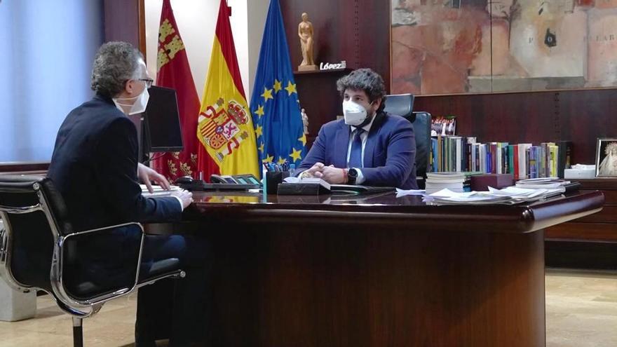 El consejero de Salud finaliza su cuarentena y se reúne con López Miras