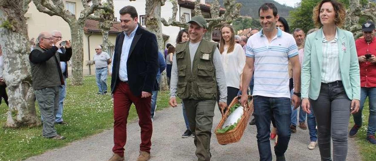 Juan Carlos Rodríguez (segundo por la izquierda), llegando el año pasado a Cornellana (Salas) a subastar el campanu del Narcea.