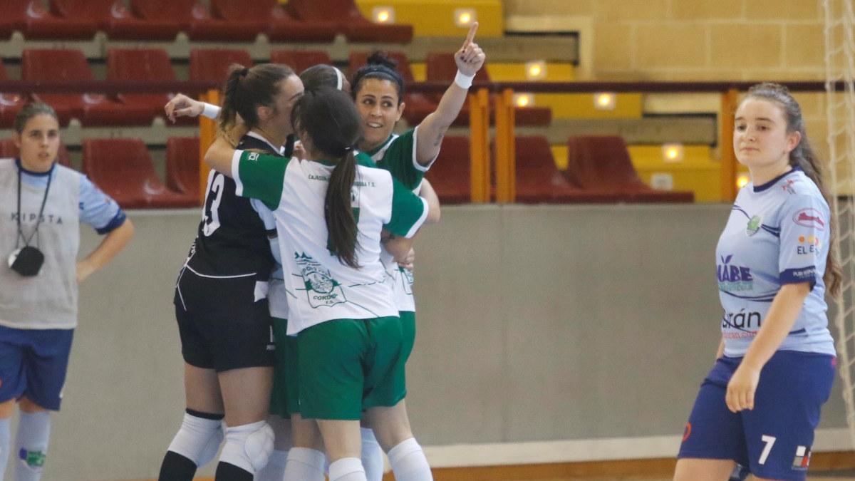 Rocío Gracia celebra un gol junto a varias de sus compañeras en un partido de la pasada temporada.
