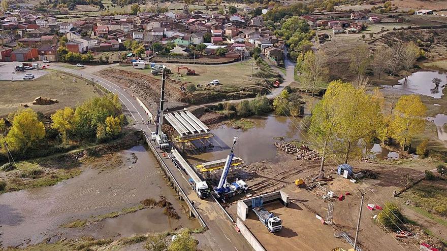 La plataforma del puente de Domez ya salva las aguas sobre el río Aliste