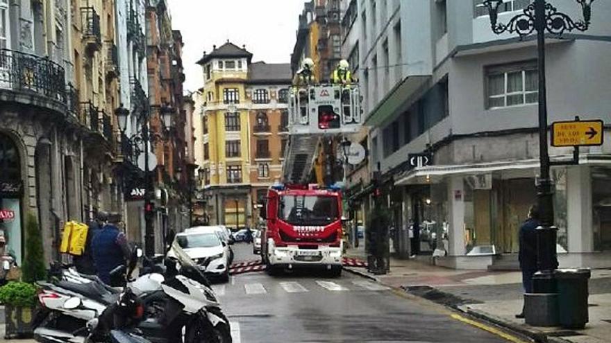 Quitan dos placas que amenazaban con caer de una fachada de Fray Ceferino