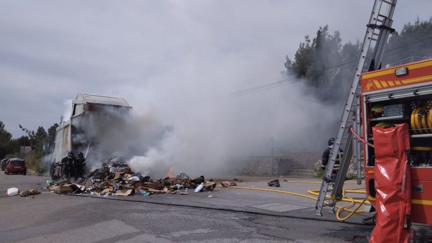 Arde un camión de la basura de Sant Antoni frente a los Bomberos