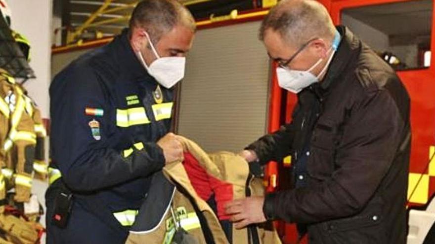 Los bomberos estrenan equipos de protección en Benalmádena