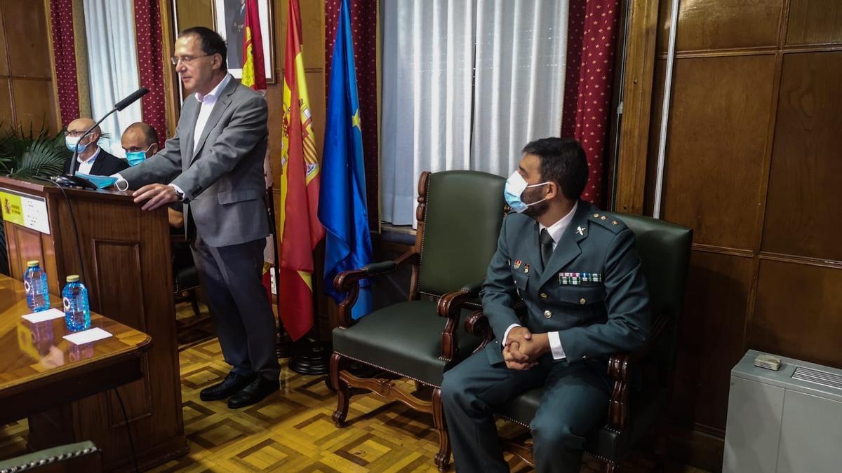 Ángel Blanco junto a Héctor Pulido, nuevo jefe de la Comandancia