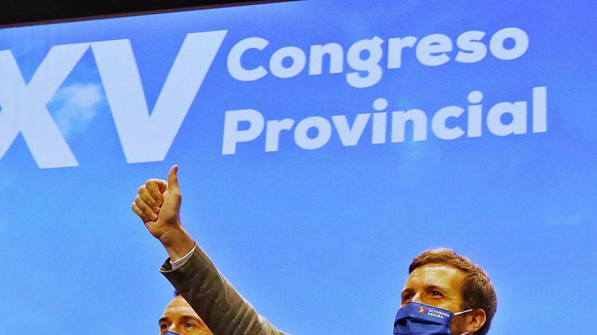 Pablo Casado saluda a los asistentes el cierre del congreso del PP de Valencia, ayer.