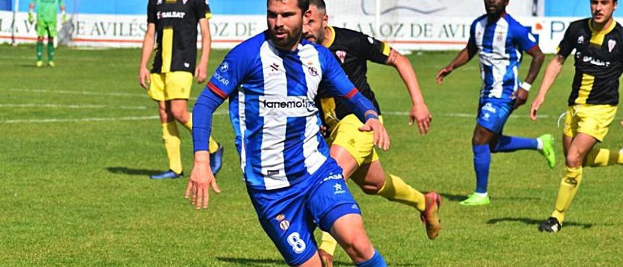 Dani Benéitez, con el balón en el partido ante L'Entregu. | RAI