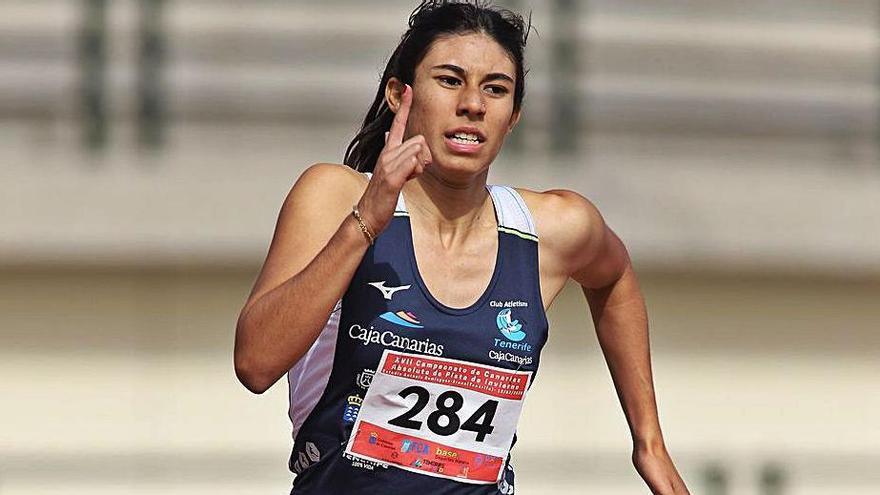 La blanquiazul Nicole Barrios destacó en 200 y 400 metros lisos. | | EL DÍA