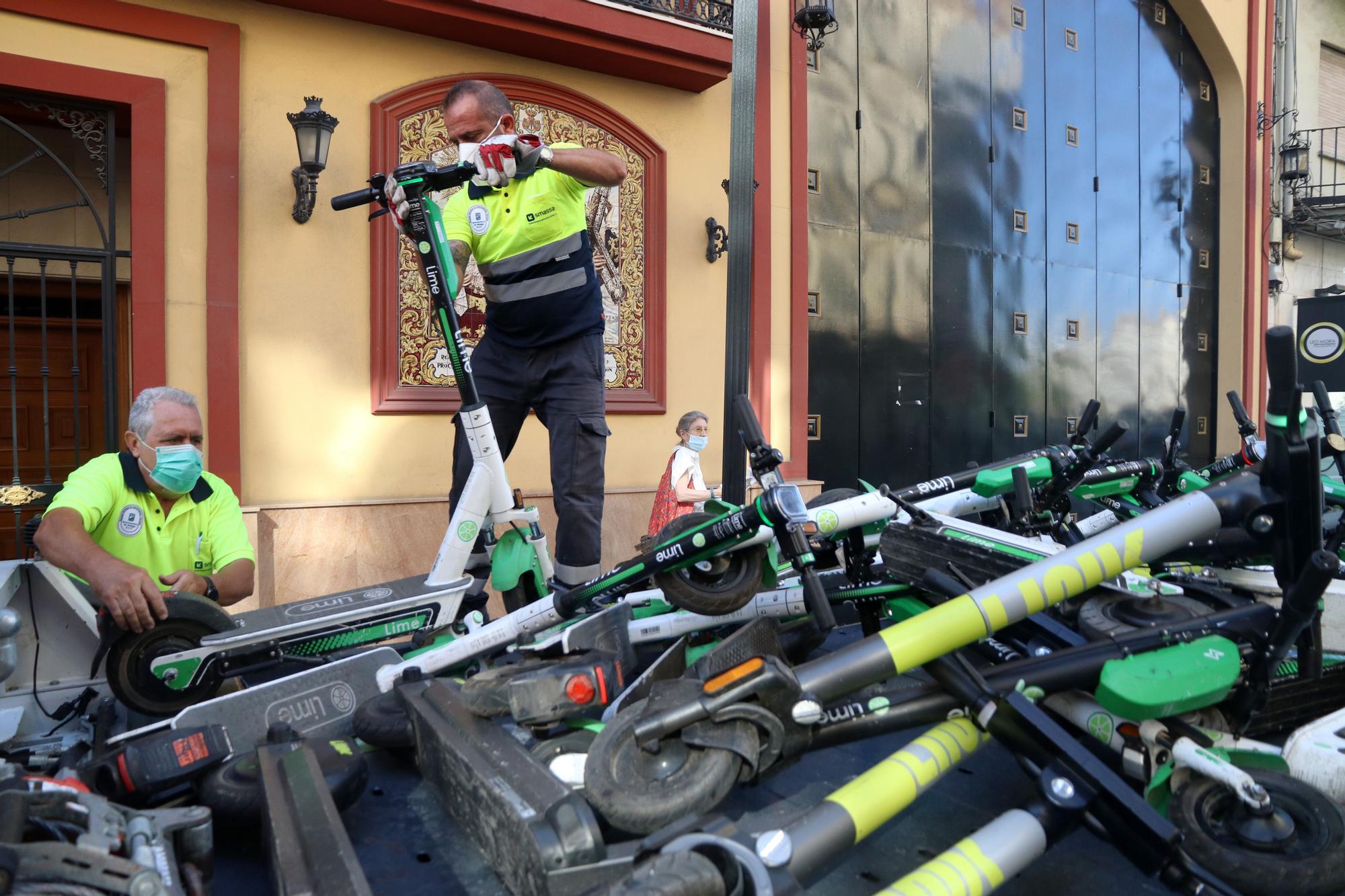 La grúa de Málaga ya se lleva los patinetes y bicicletas mal aparcados