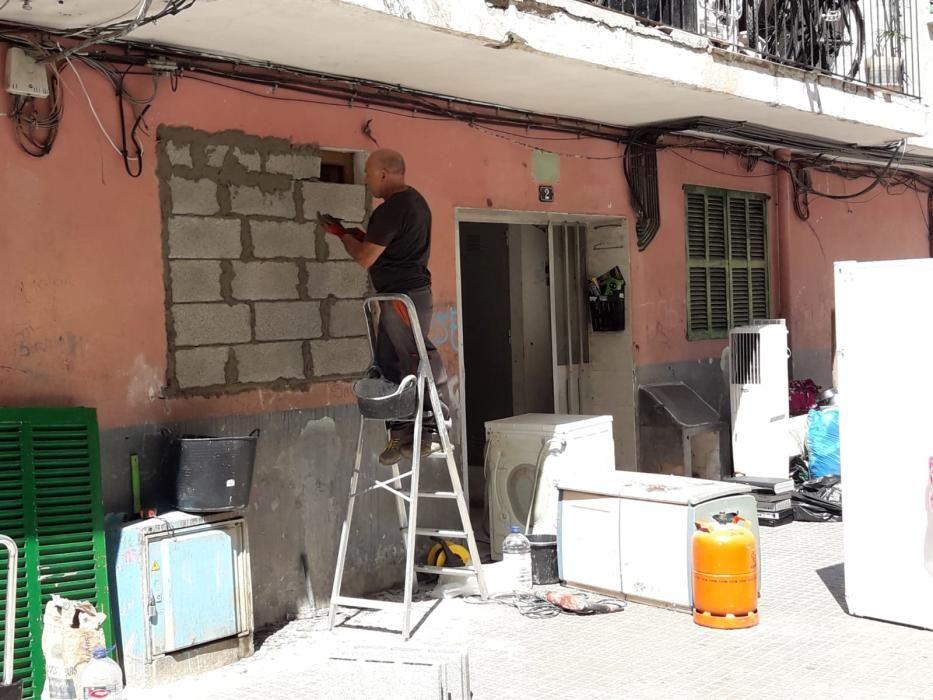 Desahucian a una vecina de Son Gotleu y sacan sus muebles a la calle
