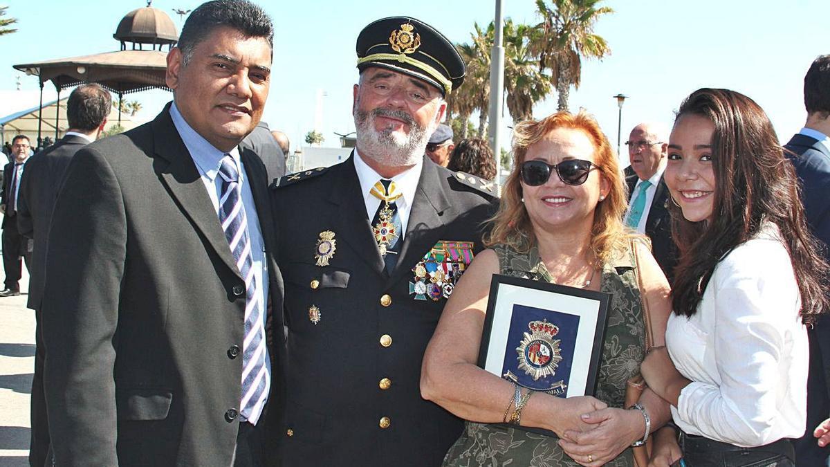 La familia condecorada, junto al jefe superior de la  Policía Nacional.  i.c.