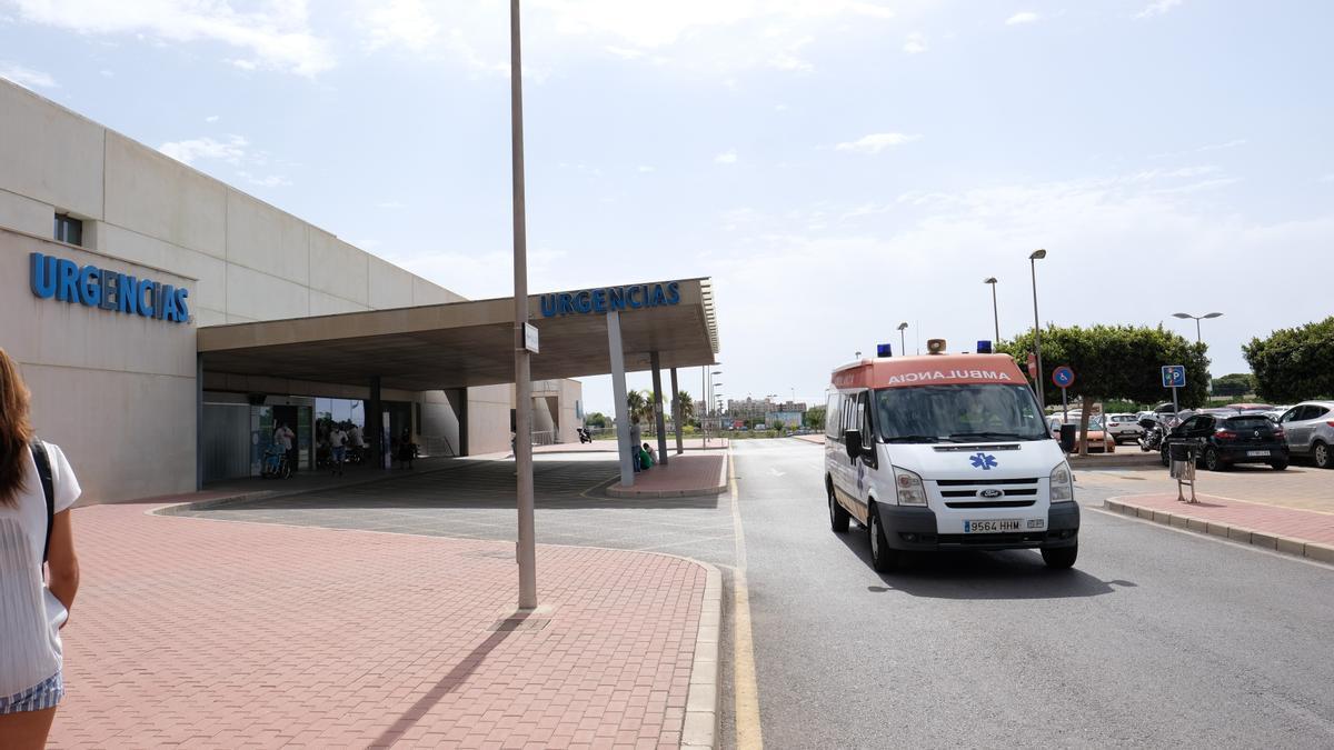 Puerta de urgencias del hospital de Torrevieja.