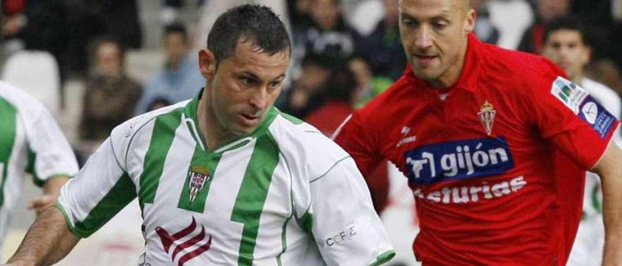 Matabuena pelea por un balón con Javi Moreno en el duelo entre Córdoba y Sporting en enero de 2008.