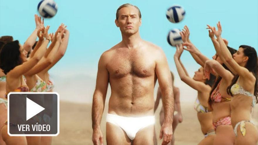 Jude Law cambia el hábito por el bañador en el primer tráiler de 'The New Pope'